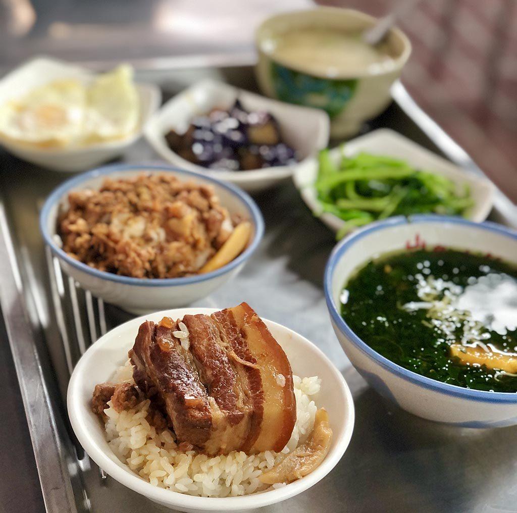 角煮丼、ひき肉丼、あおさ?スープ、青菜炒め、ナスの揚げ浸し、卵焼き、台湾風味噌汁