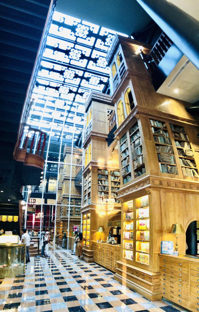 本棚の中には本を模した木が並べられている