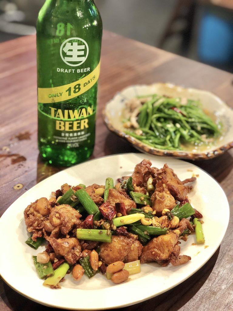 """台湾ビール18天、鶏肉と唐辛子の炒め物、シャキシャキ野菜""""水蓮""""のにんにく炒め"""