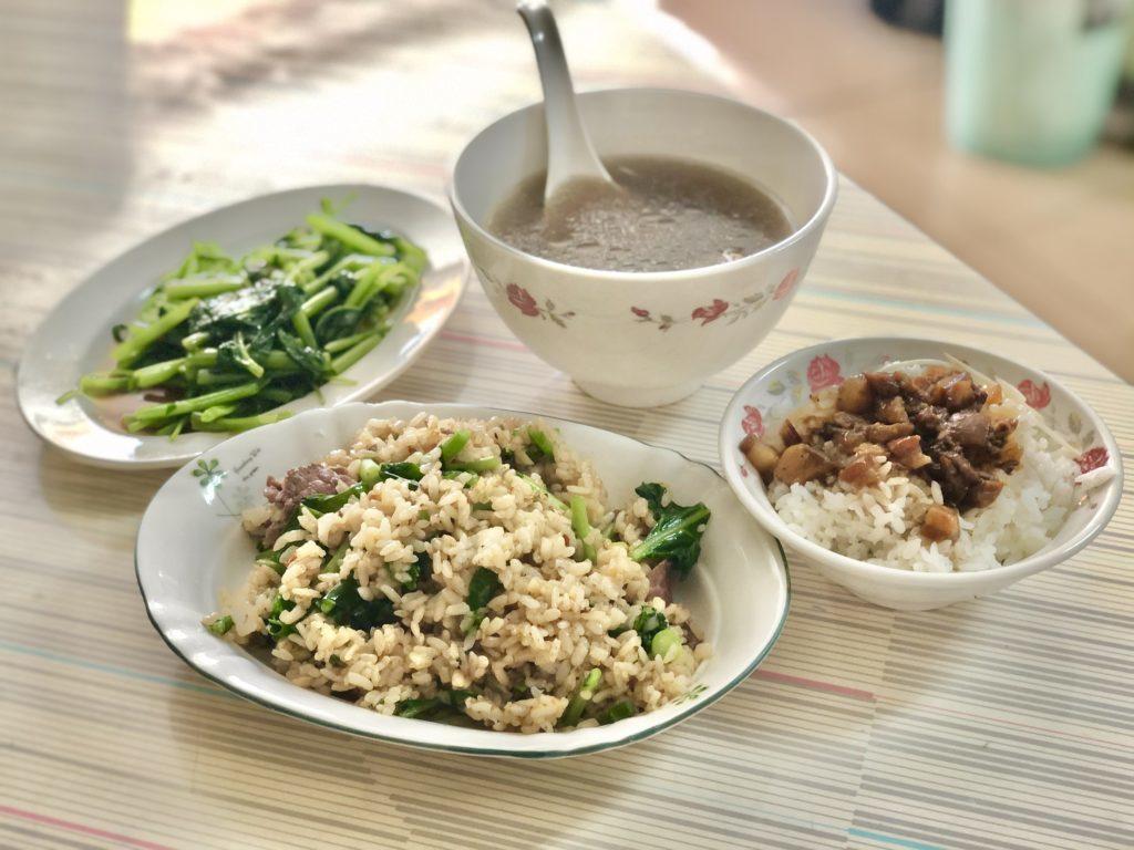 今回注文した牛肉チャーハン、牛肉湯、湯で青菜、肉燥飯(ひき肉丼)