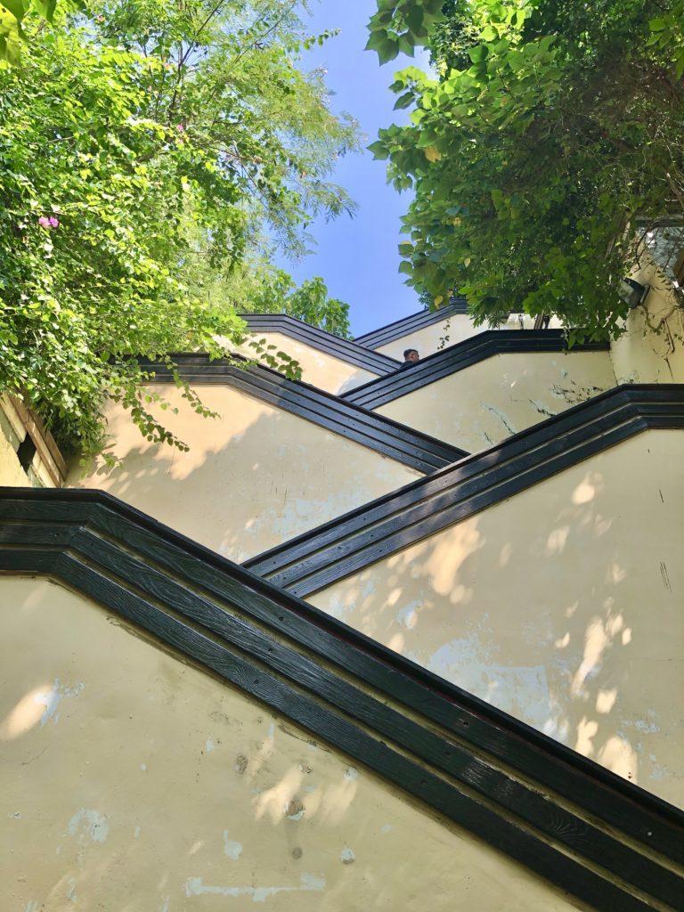 結構急な階段を登って英国領事館へ